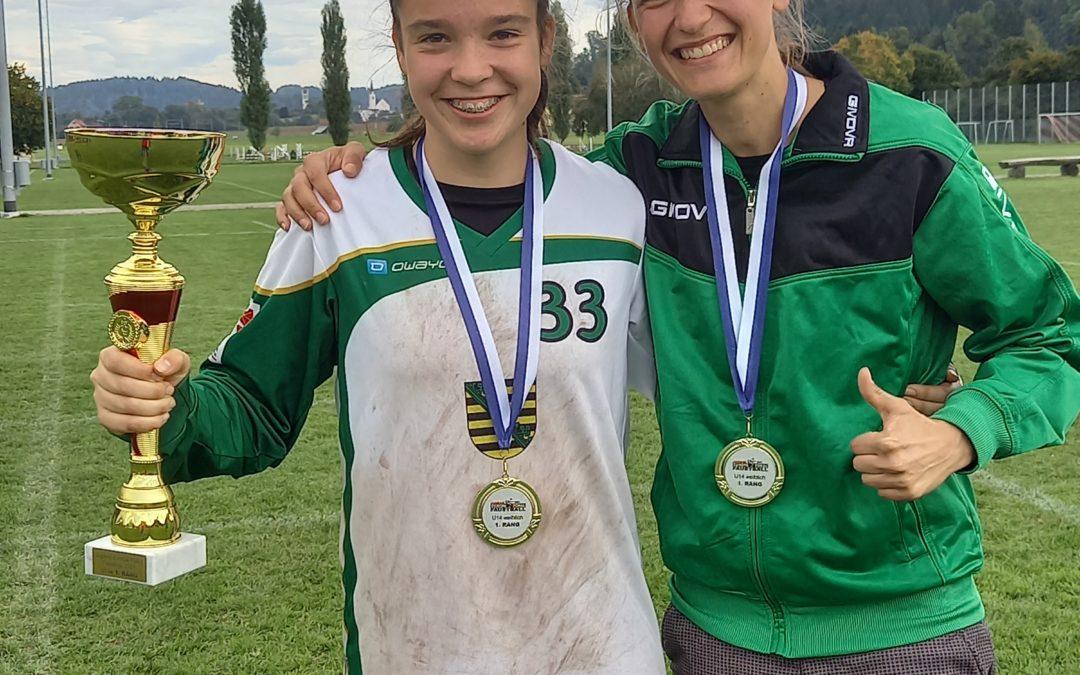 Kim holt mit dem sächsischen U14-Team GOLD beim Faustball-Jugend-Europapokal in der Schweiz